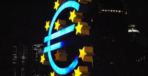 Symbol eura před Evropskou centrální bankou ve Frankfurtu.