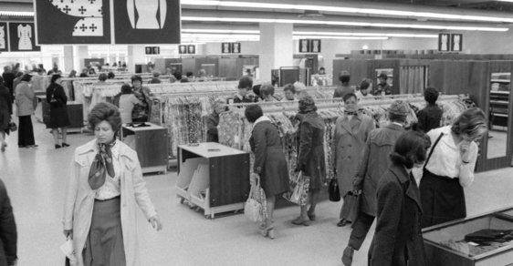 První zákazníci v novém obchodním domě Máj, který byl 21. dubna 1975 slavnostně otevřen na Národní třídě v Praze.