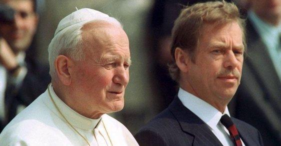 Vystoupil z letadla, poklekl a políbil zem. Před 30 lety poprvé navštívil Československo papež Jan Pavel II.   Reflex.cz