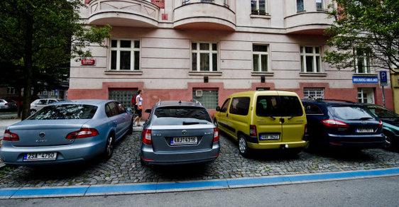 Ve středu začnou na území Prahy 5 a 6 fungovat placené parkovací zóny (ilustrační foto).