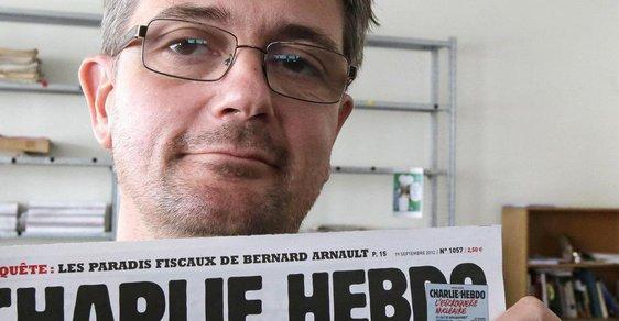 Jedna z obětí útoku, šéfeditor Stéphane Charbonnier, drží výtisk listu Charlie Hebdo