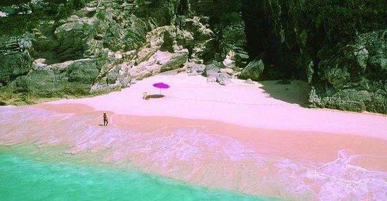 Ta pláž je skutečně růžová. Je to přelud? Ne, jen zajímavý přírodní jev