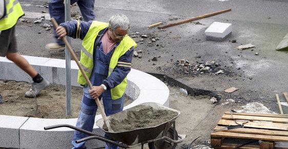 Minimální mzda vzroste na 12 200 korun