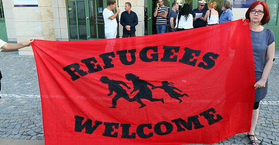 Dnes už takto vítá uprchlíky stále méně Rakušanů.
