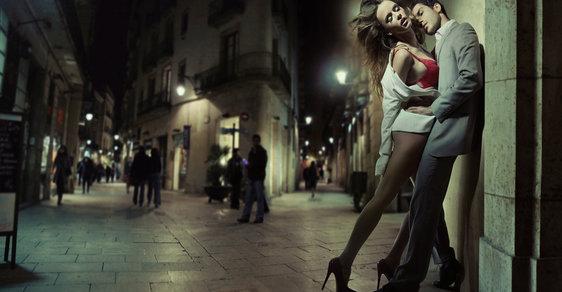 Z nočních ulic zmizí statisíce lidí, kteří se navzájem olizovali nebo na sebe zpívali. Vláda zakázala noční vycházení