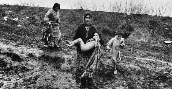 Romantika, nebo bída s nouzí? Kočovný život Romů za totality objektivem českého fotografa