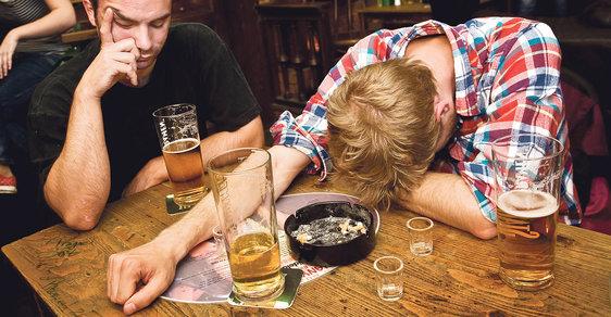 """Hospody, které se nebojí. V klubech """"labužnických pohodářů"""" se pije bez EET a kouří o sto šest!"""