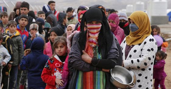 V uprchlických táborech u Mosulu přežívá přes 100 tisíc utečenců