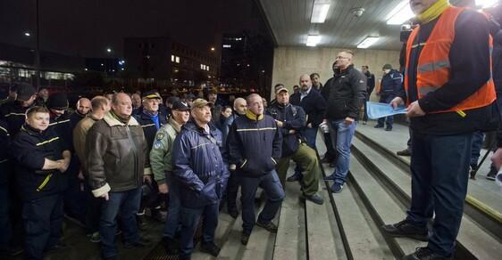 Pracovníci sběrného přepravního uzlu České pošty v Praze-Malešicích vstoupili 19. prosince do dvouhodinové výstražné stávky. Odboráři ze tří organizací požadují po vedení zvýšení mezd o 2500 Kč měsíčně.