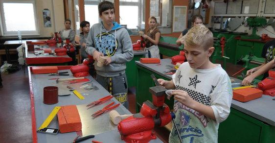 Děti se ve škole poznávají řemeslnou práci.