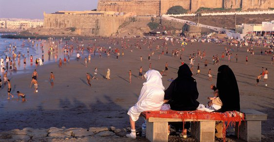 Ženy v burkách na pláži v hlavním marockém městě Rabatu.