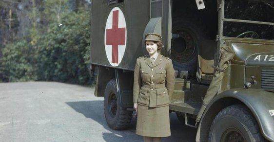 Královna Alžběta II. během 2. světové války a dalších 12 neznámých snímků velkých osobností
