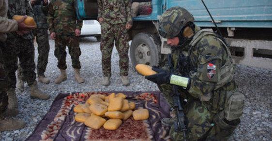 Hašiš, který byl ukryt v balíčcích omotaných v dekách a kobercích, byl vojáky zajištěn a i s řidičem předán na nejbližší stanici Afghánské národní armády.