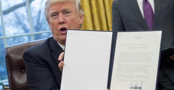 Donald Trump ukazuje podpis pod jedním ze svých prezidentských dekretů.