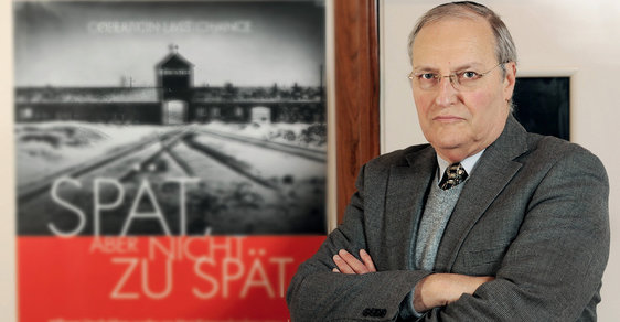 Zuroff ajeho lidé chtějí využít posledních pár let ktomu, aby před soud dostali co nejvíce nacistických vrahů. Pátrání pozločincích je proto dnes, více než 70 let odkonce války, neobvykle intenzívní.