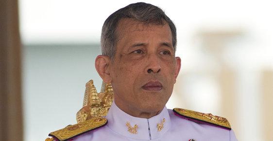 Thajský král zbavil svou konkubínu titulu a hodnosti, v minulosti jmenoval svého pudla maršálem letectva