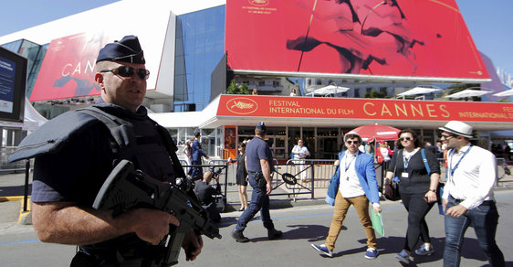 Postřehy z Cannes: Květináče, mlčící Rus a šimpanz voyeur