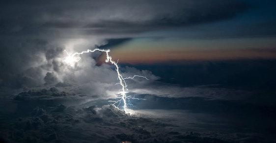 Pilot fotí blesky a bouřky zkokpitu letadla, podívejte se na jedinečné snímky