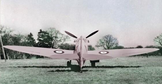 Unikátní galerie zvláštností druhé světové války: Růžové letadlo, pes na padáku i Churchill s kočárkem