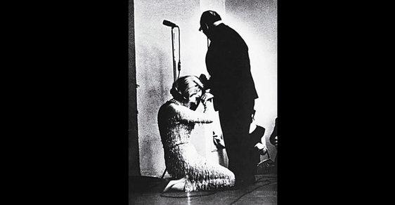 Příběh dojemné fotografie Marlene Dietrichové poklekající před ruským spisovatelem Paustovským