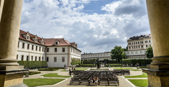 Valdštejnská zahrada přiléhá k Valdštejnskému paláci, kde sídlí Senát