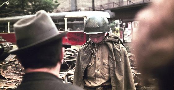 Tento sovětský voják se zřejmě za okupaci stydí.