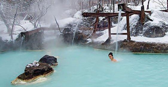Onseny: Japonské přírodní lázně vás zahřejí na těle i na duši. Z jejich blahodárných účinků se těší i opice