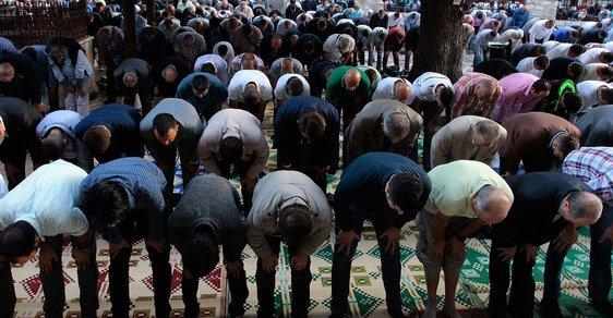 Agent nemůže žít dva životy – jeden muslimský a druhý běžný nemuslimský. Musí se na několik měsíců nebo let stát muslimem na sto procent.