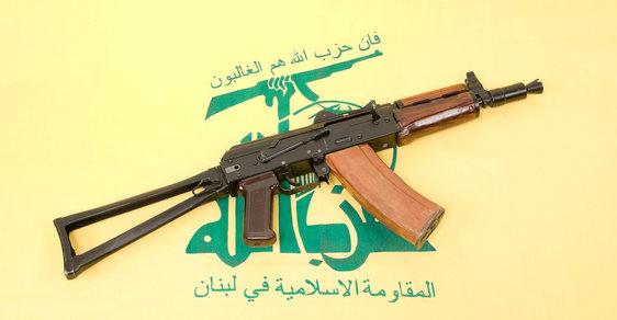 Hizballáh má zbraň i ve svém znaku.