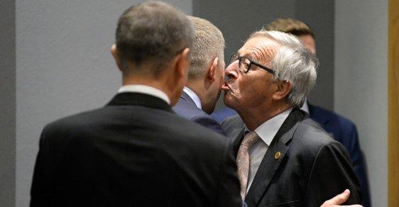 Předseda Evropské komise Jean-Claude Juncker dal českému premiérovi Andreji Babišovi na uvítanou v Bruselu polibek
