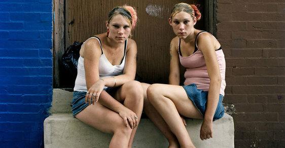 """Narkomani, prostitutky, bezdomovci. Drsně zachycený život """"ulice drogově závislých"""" ve Filadelfii"""