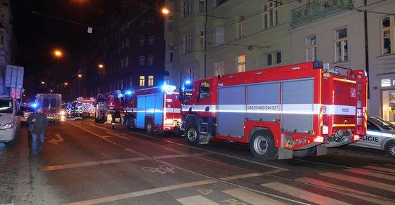 Hasiči bojují s požárem hotelu v centru Prahy