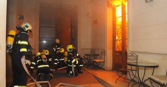 Požár hotelu v Praze nepřežili čtyři lidé, mezi zraněnými je i několik cizinců