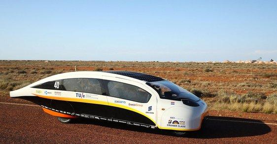 Závody automobilů bez benzínu. 3000 kilometrů Austrálií jen na sluneční svit
