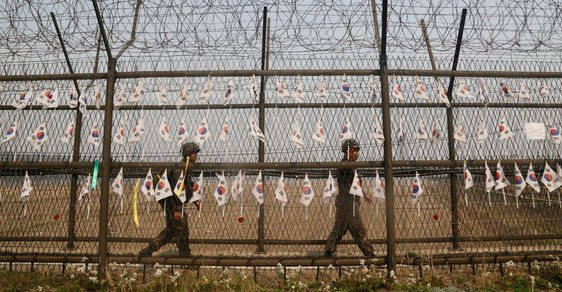 Každému Severokorejci bude uťata hlava aneb Český postřeh z nejstřeženější hranice světa
