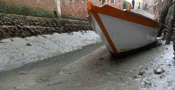 Benátky jsou bez vody, gondoly se válí v bahě. Postupující sucho zasáhlo i legendární turistickou atrakci