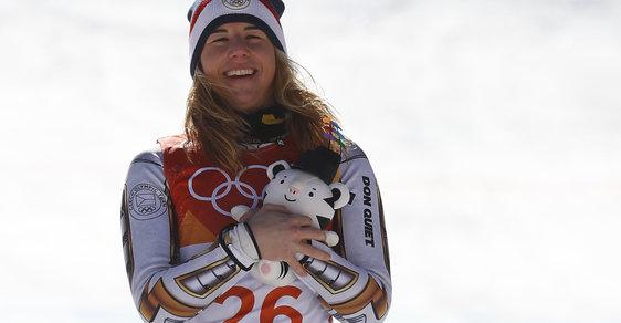 Neskutečné! Ester Ledecká na vyhlašování nejlepších lyžařek po superobřím slalomu.