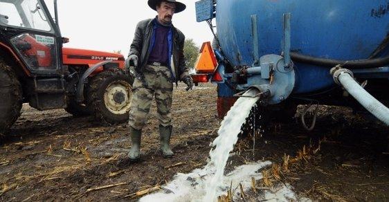 Zemědělci v EU opakovaně protestovali proti nízkým cenám mléka tím, že ho vylili - na pole nebo třeba do kanálu. EU ho proto vykupuje, aby jeho cena byla vyšší