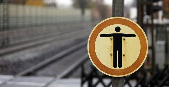 Cedule zákaz vstupu na přejezdu, kde zahynul německý brankář Robert Enke