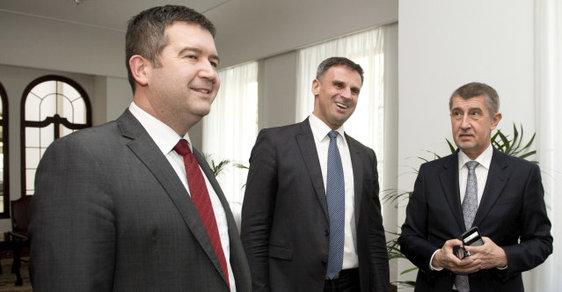 Zleva Jan Hamáček a Jiří Zimola, oba z ČSSD, a premiér Andrej Babiš (ANO)