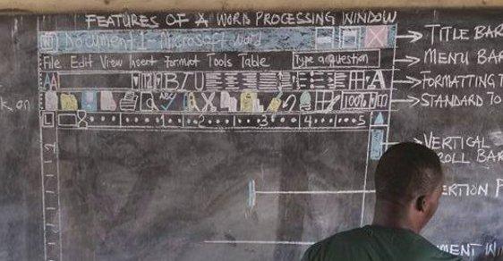 Ghanský učitel učí děti počítače bez počítače, obrazovku musí malovat na tabuli.