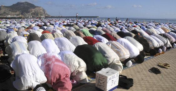 Muslimové se modlí na Sicílii.