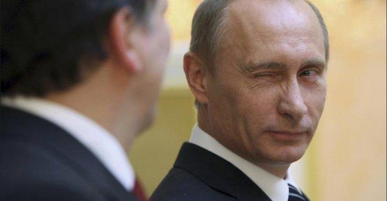 Ruské volby v kostce: Putinovi pomáhají sankce i smrt agenta v Británii. Voliči mohou vyhrát iPhone