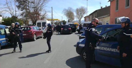 Ozbojenec zajal rukojmí v supermarketu v Trèbes.