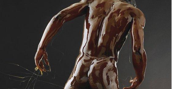 Úchvatné portréty nahých těl vnořených do medu. Podívejte se