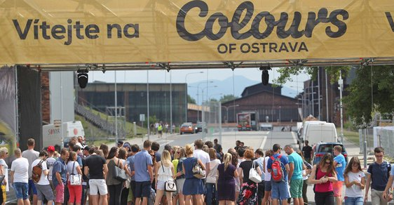 Lidé si vyměňují vstupenky za pásky na Colours of Ostrava