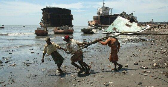 Práce, kterou dělat nechcete: Dělníci holýma rukama rozebírají lodě v bahně plném smrtících látek