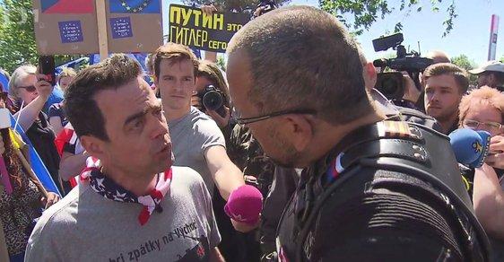Noční vlci v Průhonicích u Prahy: Místopředseda ČSSD Foldyna se střetl s protiruským aktivistou