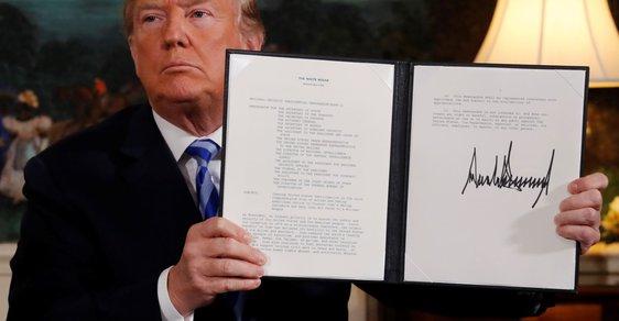 Americký prezident Donald Trump ukazuje memorandum, které oznamuje odstoupení od jaderné dohody s Íránem