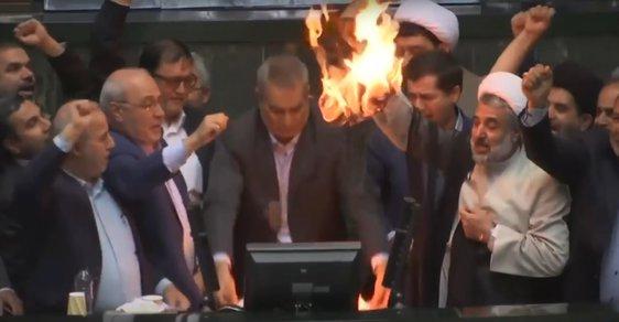 Poslanci íránského parlamentu spálili vlajku spojených států